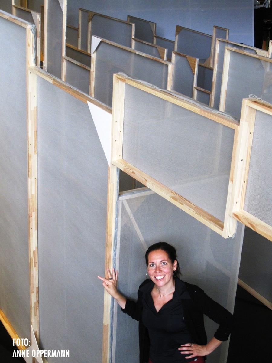 """Christiane Neudecker im Bühnenbild von """"Himmelsmechanik – Eine Entortung"""" Deutsche Oper Berlin, Fotografin: Anne Oppermann"""